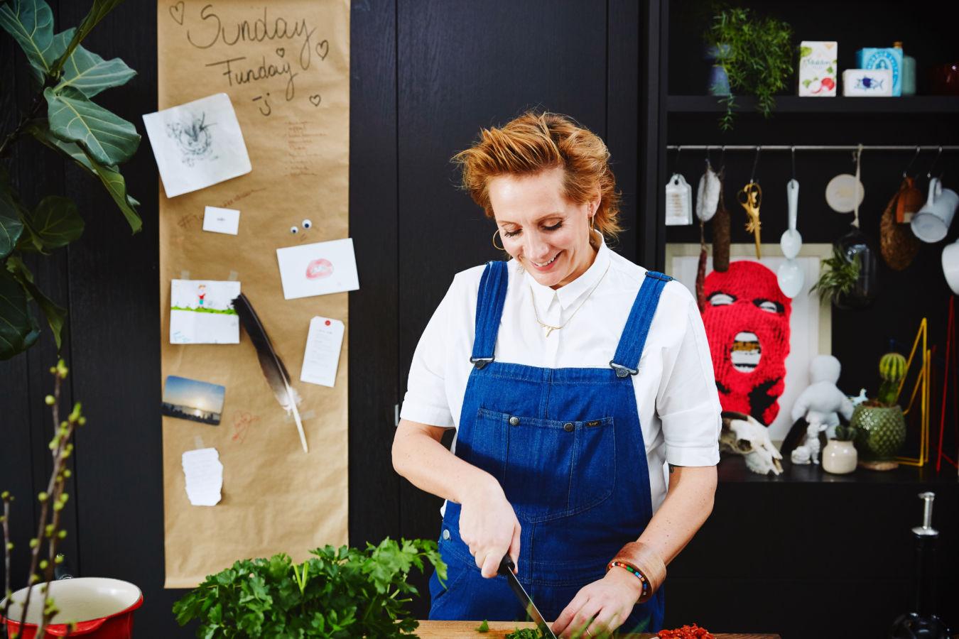 Sofie Dumont in keuken - kruiden snijden
