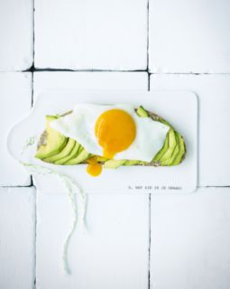 avocadotoast-met-spiegelei-volgens-sofie-dumont_510x640_bijgeknipt