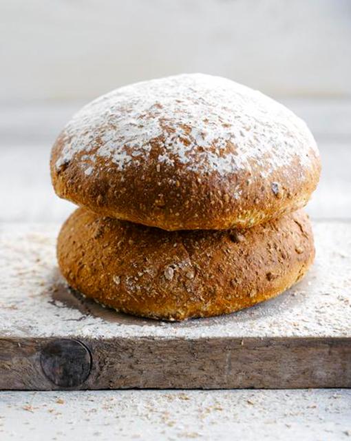 bruin-brood-door-sofie-dumont-brood-afgewerkt-bijgeknipt