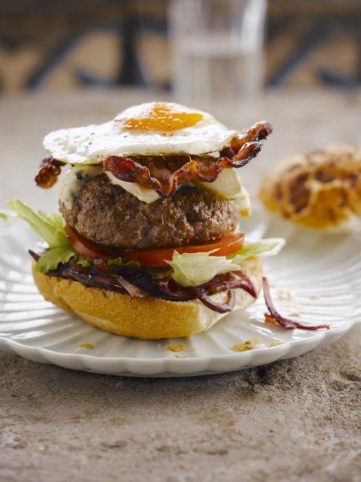 hamburger-met-blauwe-kaas-en-uienconfituur-door-sofie-dumont