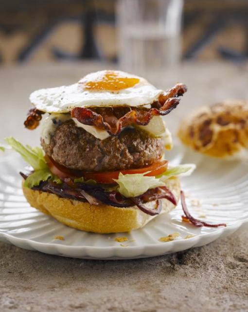 hamburger-met-blauwe-kaas-en-uienconfituur-door-sofie-dumont-e1480256702212_510x640_bijgeknipt