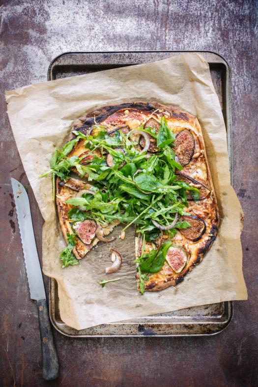Snelle-pizza-met-drie-kazen,-vijgen-en-pancetta