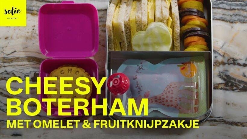 Cheesy boterham met omelet en fruitknijpzakje
