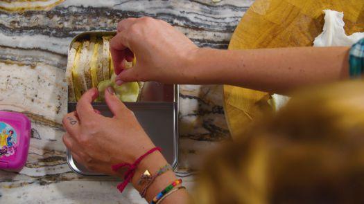 Sofie Dumont Cheesy Boterham-met-omelet-en-fruitknijpzakje