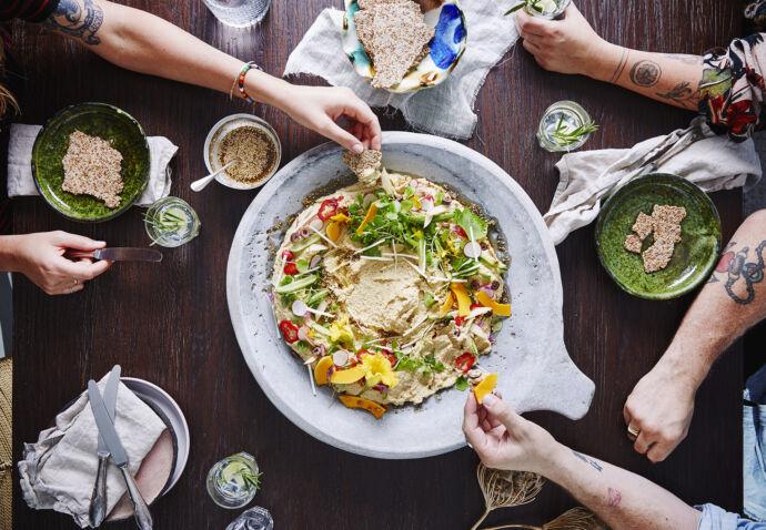 Hummusschotel venkel-sesam crackers en kruidenolie Sofie Dumont