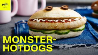 Monsterhotdogs met komkommer en mosterd-honingdressing
