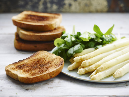 Volkoren toast met eiersalade, veldsla en asperges door Sofie Dumont