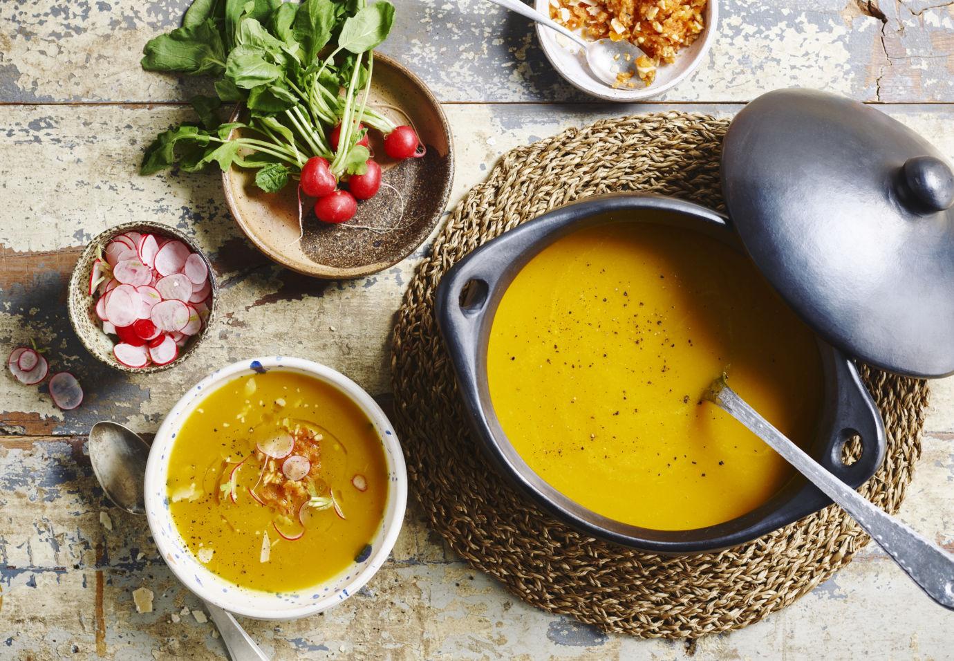 Soep geroosterde gele paprika en wortel, pesto van zon gedroogde tomaten door Sofie Dumont