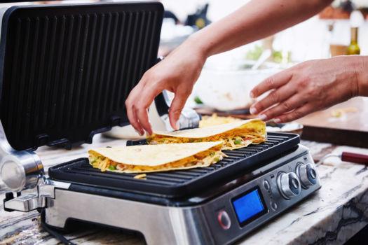 Gegrilde tortilla's met cheddar, avocado, tonijn