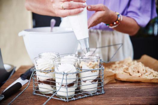 Dame blanche van vanille-ijs, chocoladesaus en slagroom