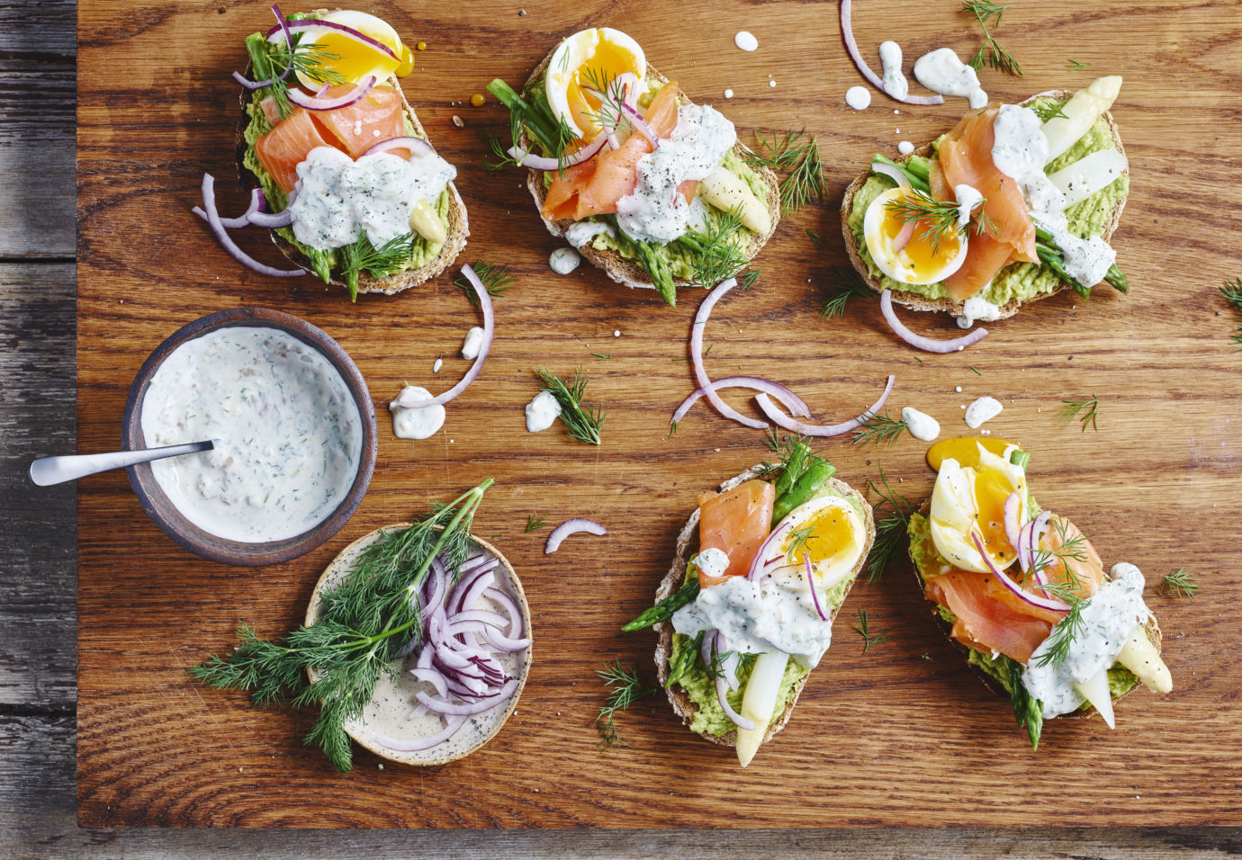 Volkoren avocado toast met asperges zacht ei en zalm door Sofie Dumont