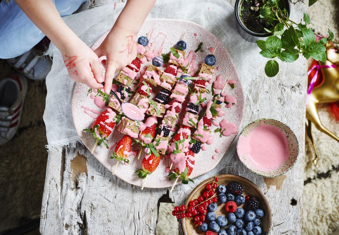 Spiesjes van speltcake en fruit met aardbeiencoulis door Sofie Dumont