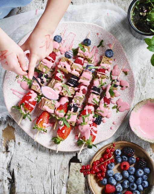 spiesjes-van-speltcake-en-fruit-met-aardbeiencoulis-door-sofie-dumont_510x640_bijgeknipt