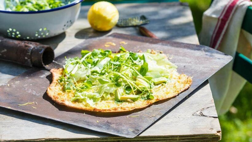Pizza met kruidensaus, kaas en gemengde sla