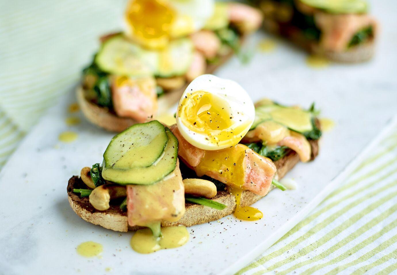 Sofie Dumont Toasts met gemarineerde zalm en zachtgekookte eieren