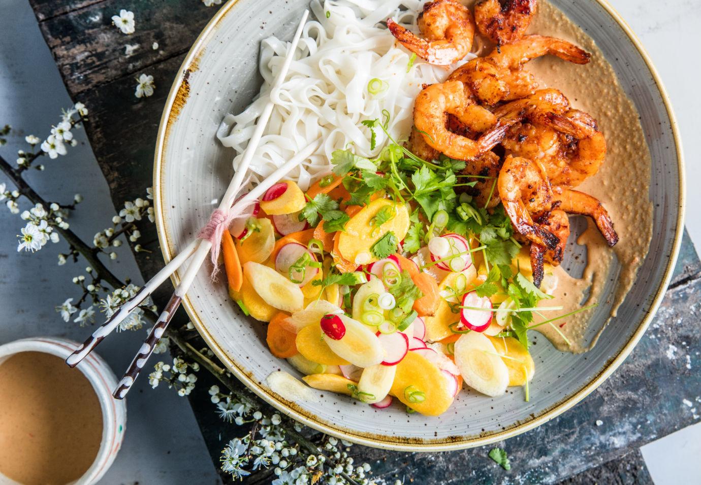Sofie Dumont honing chili scampi's met rijstnoedels en krokante groentjes