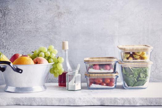 Geordende koelkast met Liesbeth door Sofie Dumont