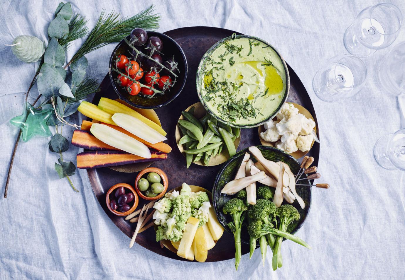 Apero feestplank met cashew tahin-kruidendip door Sofie Dumont