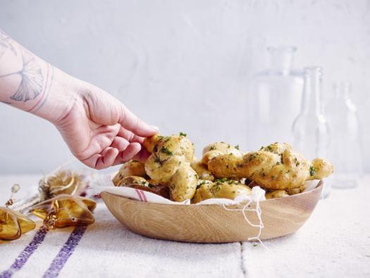 Zachte broodjes met look, Parmezaan en pompoenpitten door Sofie Dumont