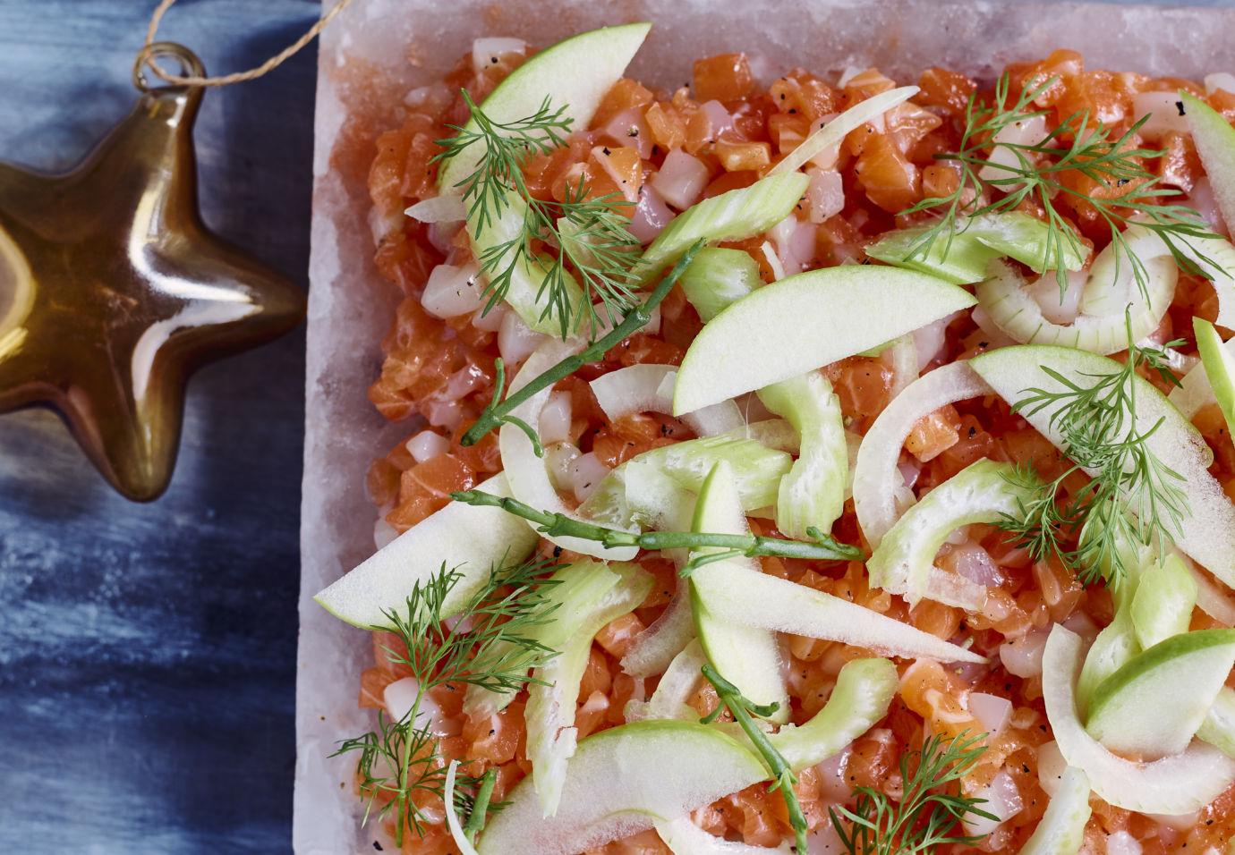 Tartaar van zalm en sint-jacobsvruchten op zoutsteen