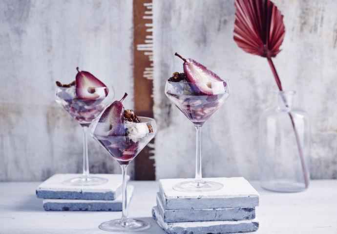 Dessertglaasjes met speculaasmousse, chocolade-notencrunch en gepocheerd peertje door Sofie Dumont