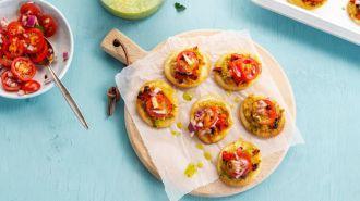 Minipizzaatjes met hummus & burger met groentefrietjes