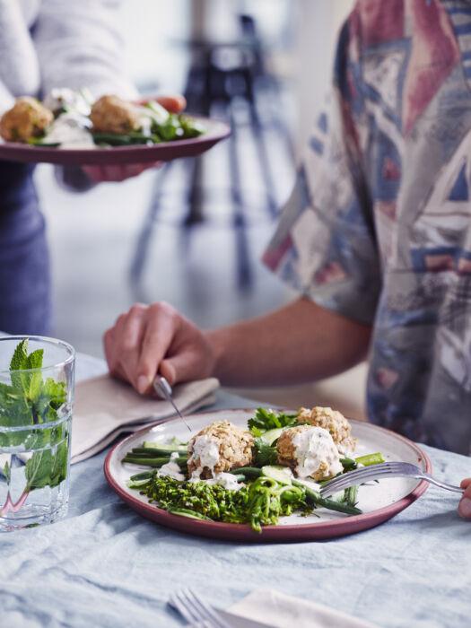 Gestoomde ballekes met boontjes, broccolini en yoghurt-muntsaus