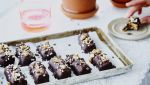Glutenvrije dadelreep met noten en chocolade