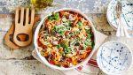 Pasta puttanesca met tonijn, olijven, verse tomaat en verse kruiden
