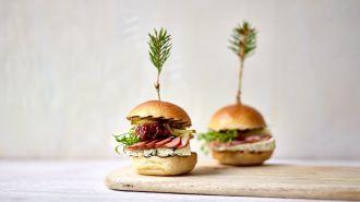 Miniburgers met gerookte eend en rodebietenchutney met frambozen
