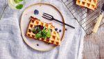 Croque wafeltjes met beenham, jonge kaas, basilicum en tomaat
