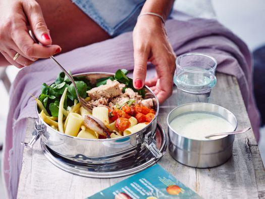 pasta-salade-met-gepofte-tomaatjes-boontjes-tonijn-en-komkommer-ricotta-vinaigrette-2-scaled