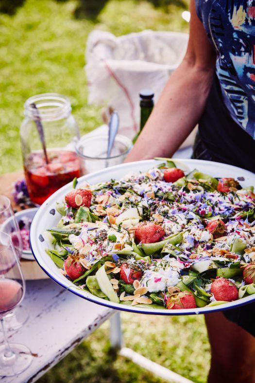 salade-van-suikererwt-courgette-zelfgemaakte-ricotta-gepekelde-aardbei-en-zaatar-gember-olie-door-sofie-dumont-2-scaled