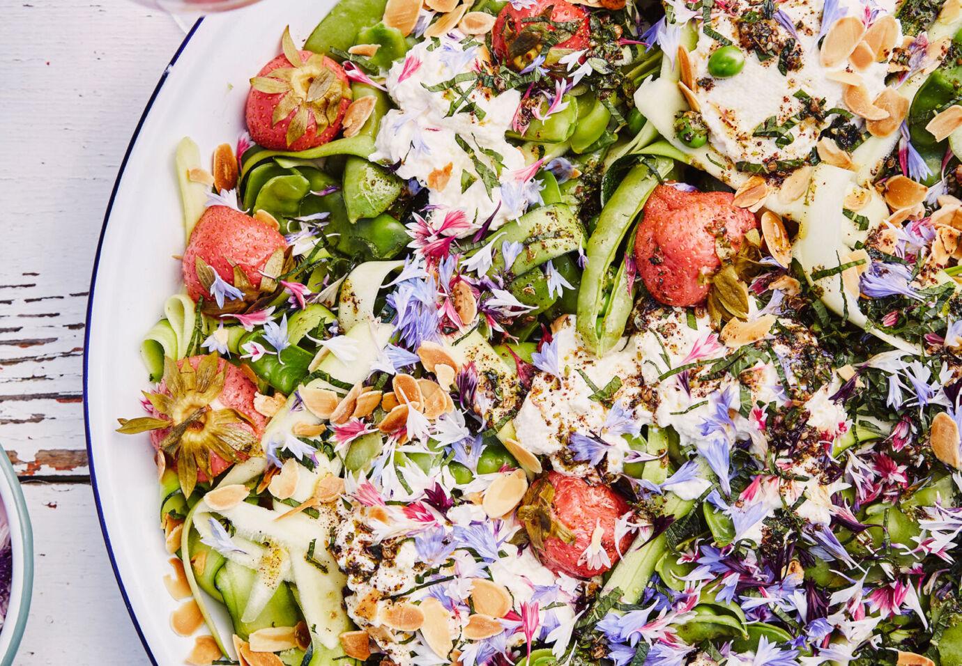 salade-van-suikererwt-courgette-zelfgemaakte-ricotta-gepekelde-aardbei-en-zaatar-gember-olie-door-sofie-dumont-scaled