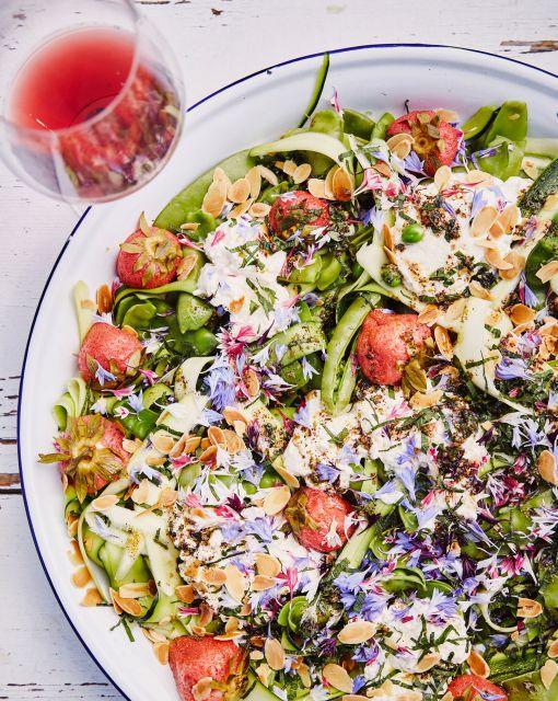 salade-van-suikererwt-courgette-zelfgemaakte-ricotta-gepekelde-aardbei-en-zaatar-gember-olie-door-sofie-dumont-scaled-1_1020x1280_bijgeknipt