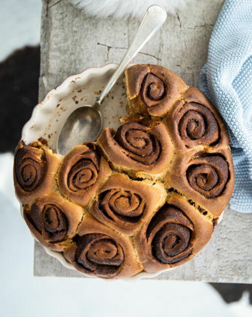 cinnamon-rolls-met-speltbloem-door-sofie-dumont-2-scaled_1020x1280_bijgeknipt-1