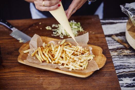 Verse-krokante-frietjes-met-gele-currysaus-en-kropsla-door-Sofie-Dumont