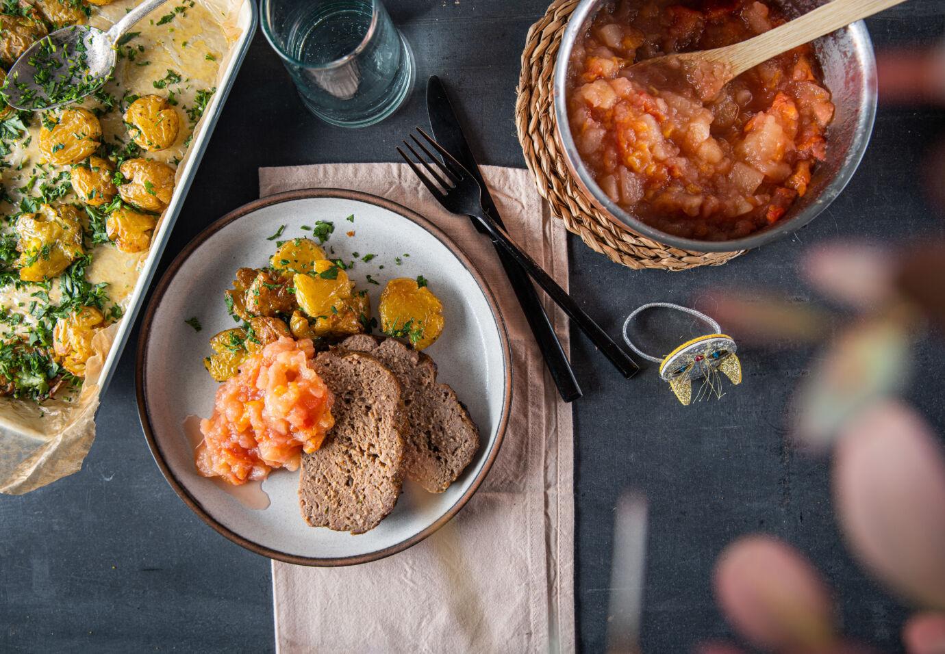 Vleesbrood-met-appel-pruimen-compote-en-geplette-krieltjes - door-Sofie-Dumont