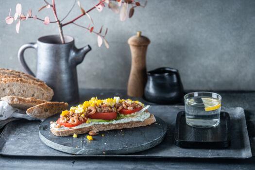Zuurdesemboterham-met-tomaat-garnaal-door-Sofie-Dumont