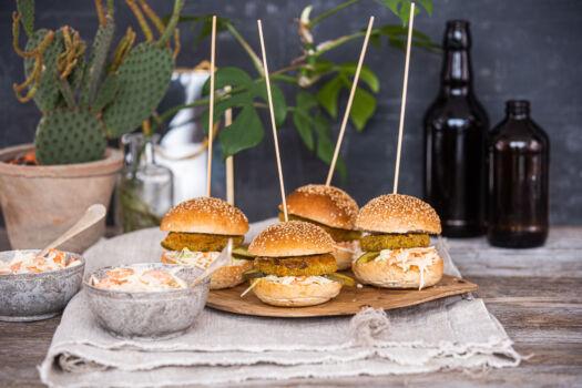 Burgers-met-kaasschnitzels-en-coleslaw-door-Sofie-Dumont