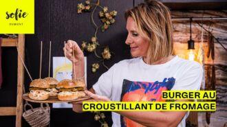 Burgers avec un croustillant au fromage et de la coleslaw