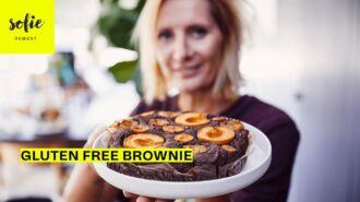 Brownie sans gluten avec des prunes et des nectarines