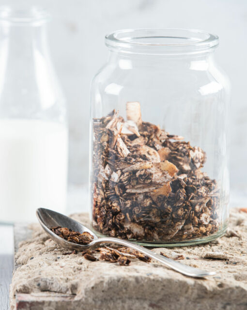 gezonde-granola-met-havermout-kokos-en-chocolade-door-sofie-dumont-scaled_1020x1280_bijgeknipt