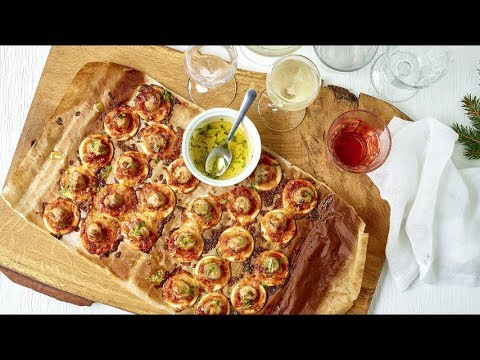 Nachos met cheddar, mini pizza's met chipolata's en Martini tonic