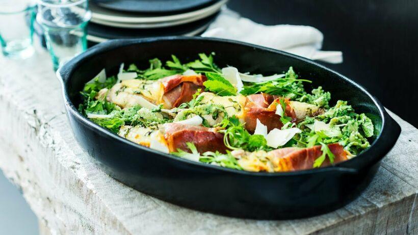Ovenschotel met cordon bleu van zeeduivel, volkoren pasta en pesto