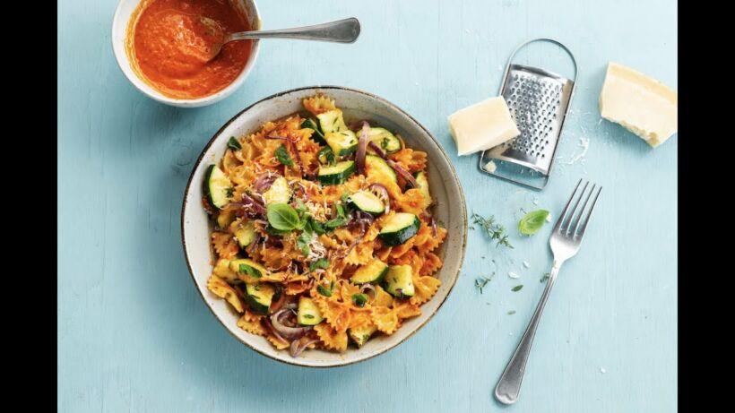 Bladerdeegrolletjes gevuld met champignons, spekje én pasta met paprikapesto en courgette