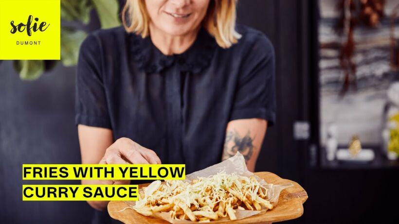 Frites fraîches et croquantes avec une sauce au curry jaune et une laitue