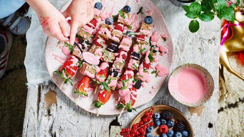 Spiesjes van speltcake en fruit met aardbeiencoulis