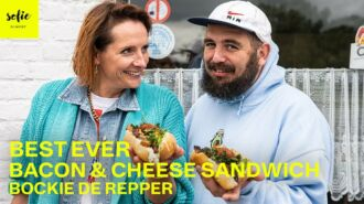 Pain avec du lard frit, croquette au fromage et sauce tartare