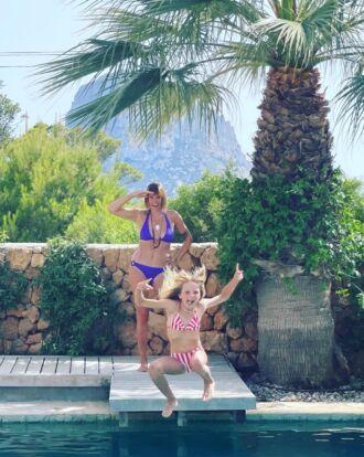 Sofie Dumont en Grace aan het zwembad in Ibiza